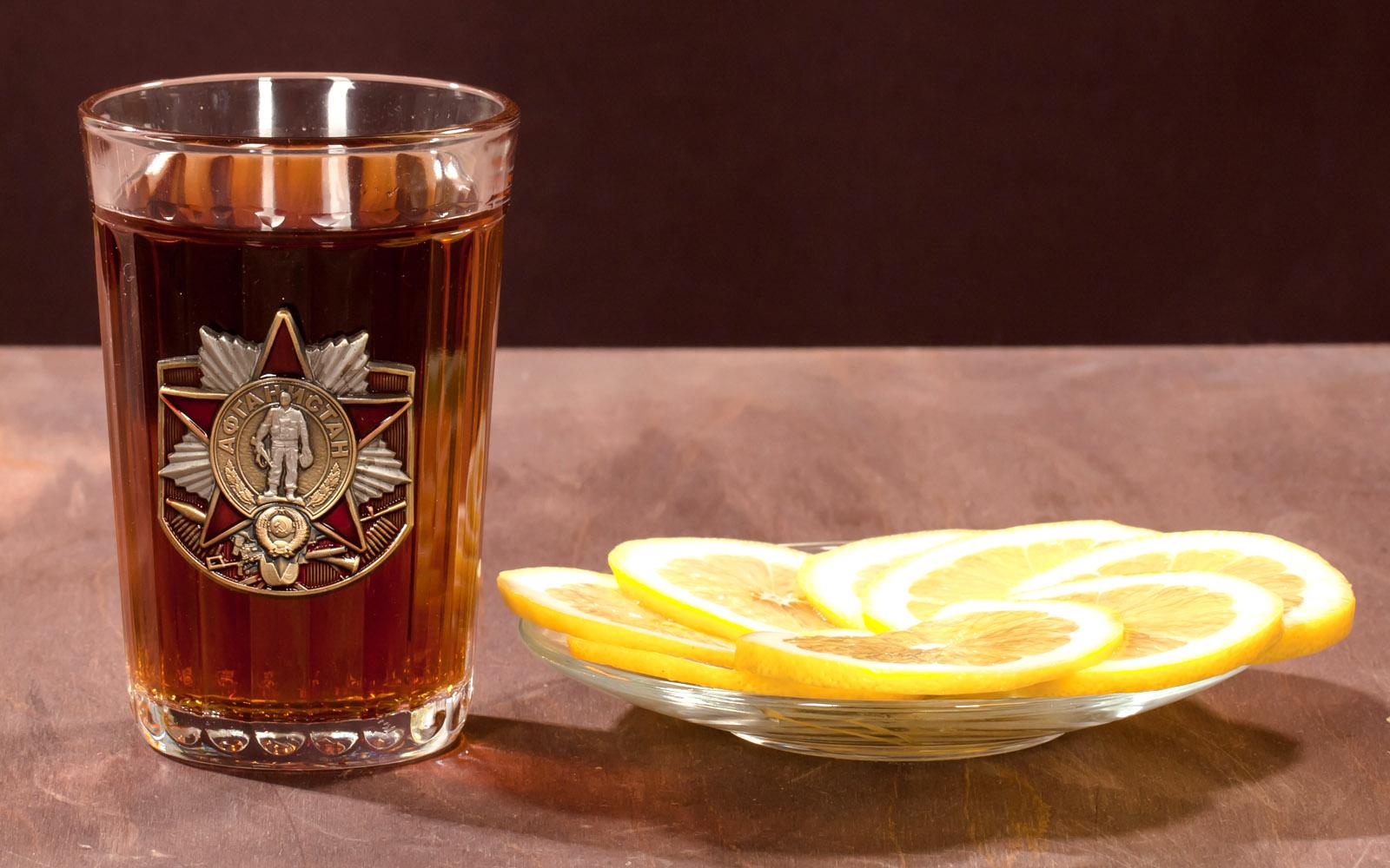 Граненый стакан с коньяком