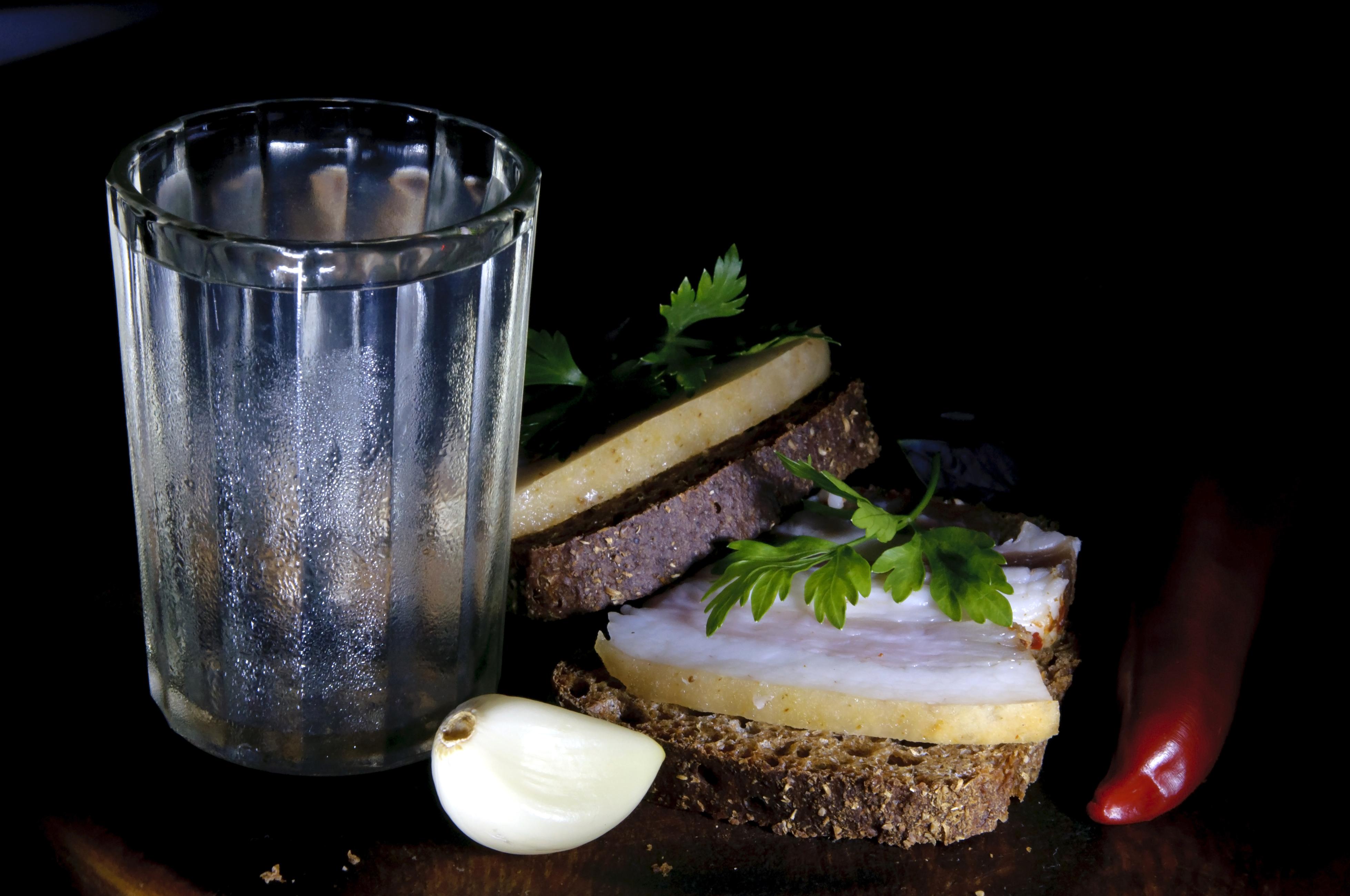 Граненый стакан с водкой
