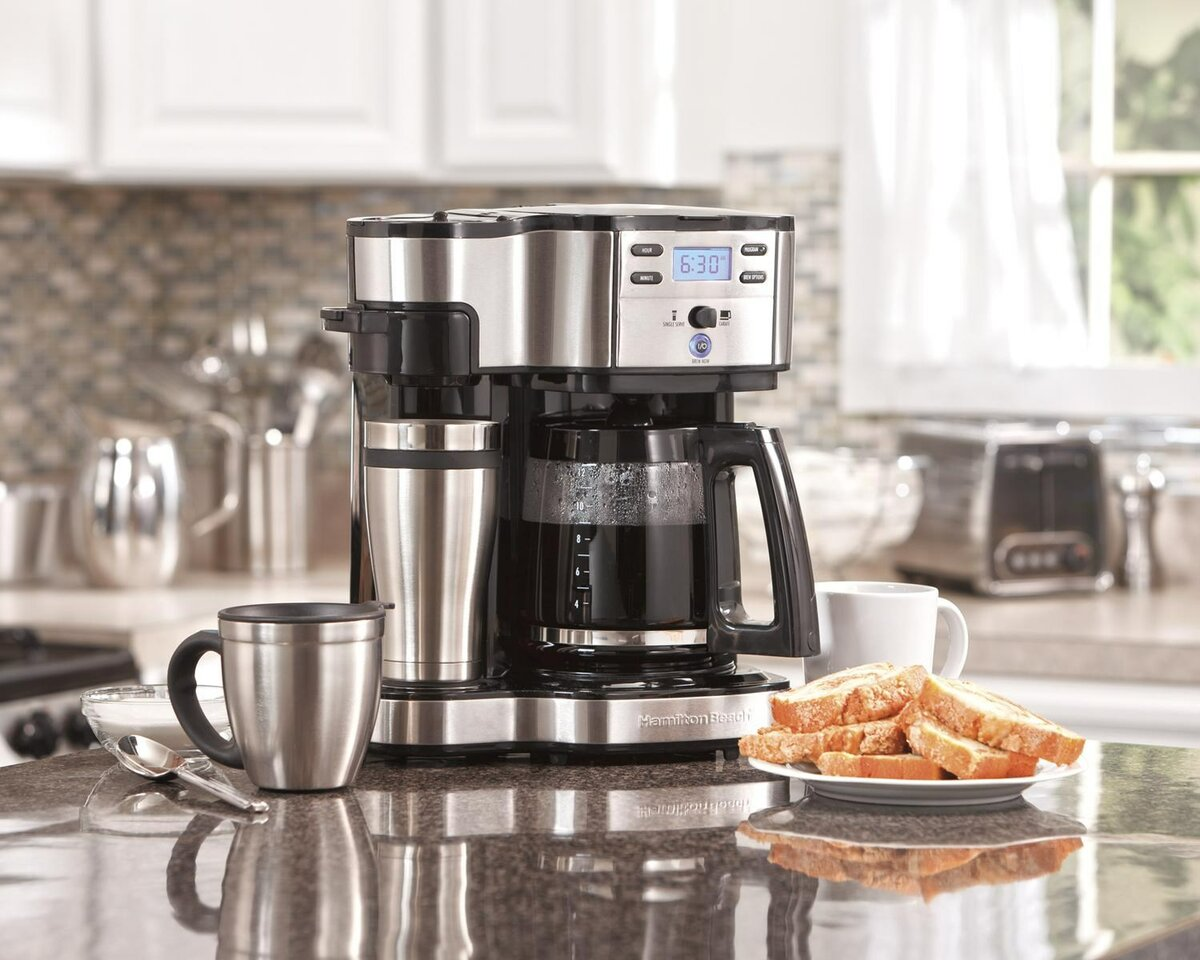 Фото кофеварки на столе