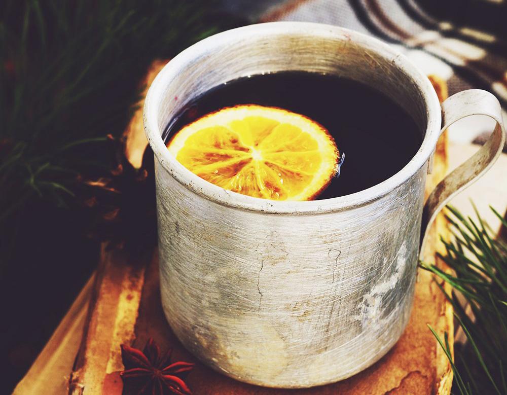 Металлическая чашка с чаем