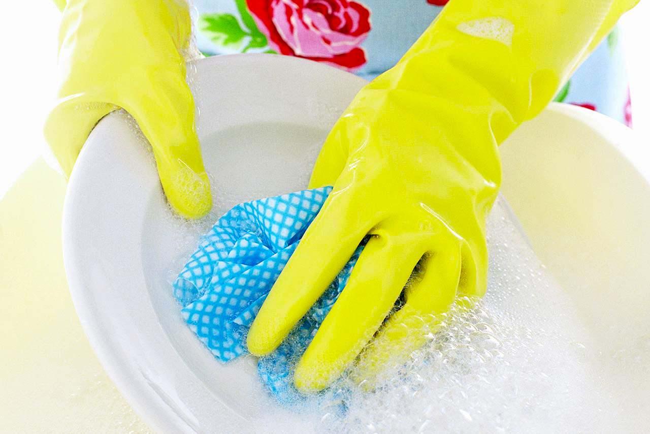 Мытье тарелки в перчатках