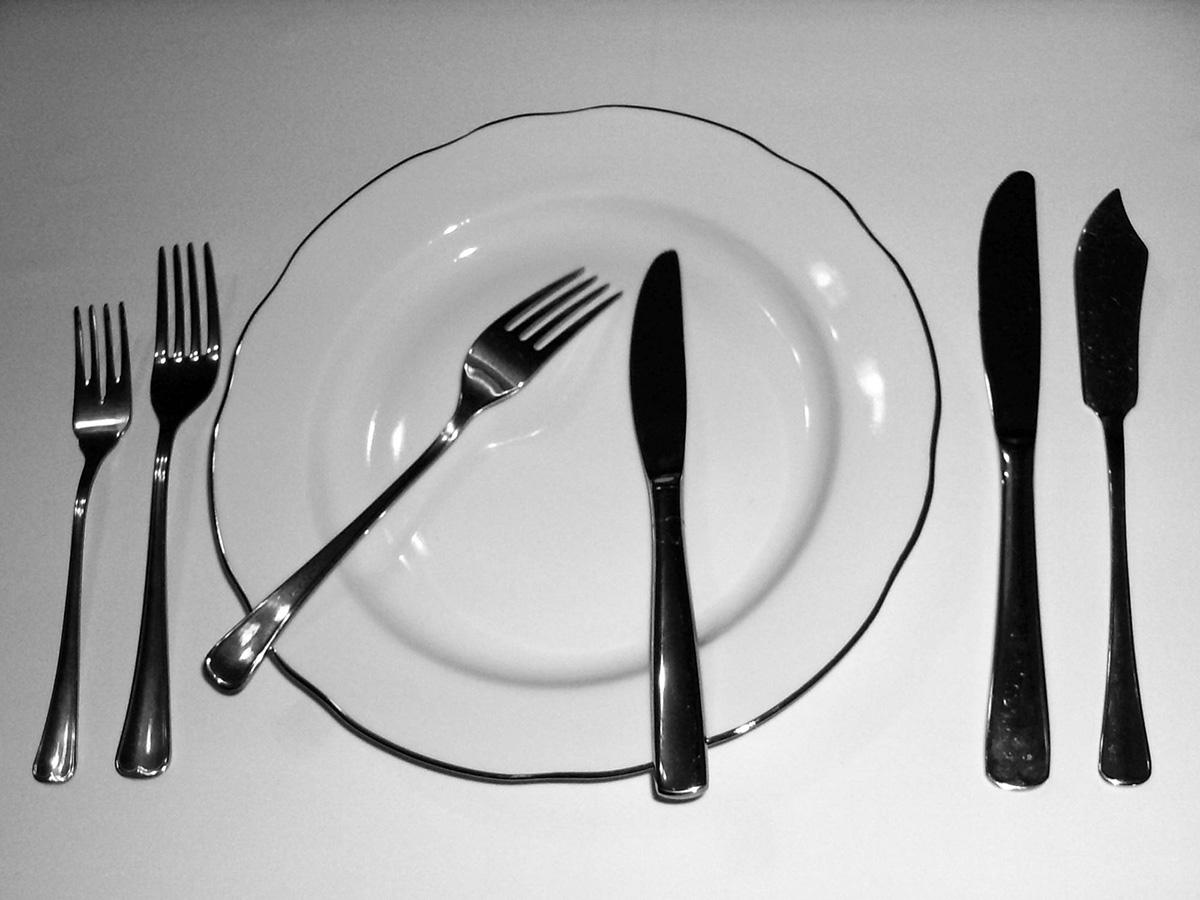 Фото ножа с вилкой на тарелке