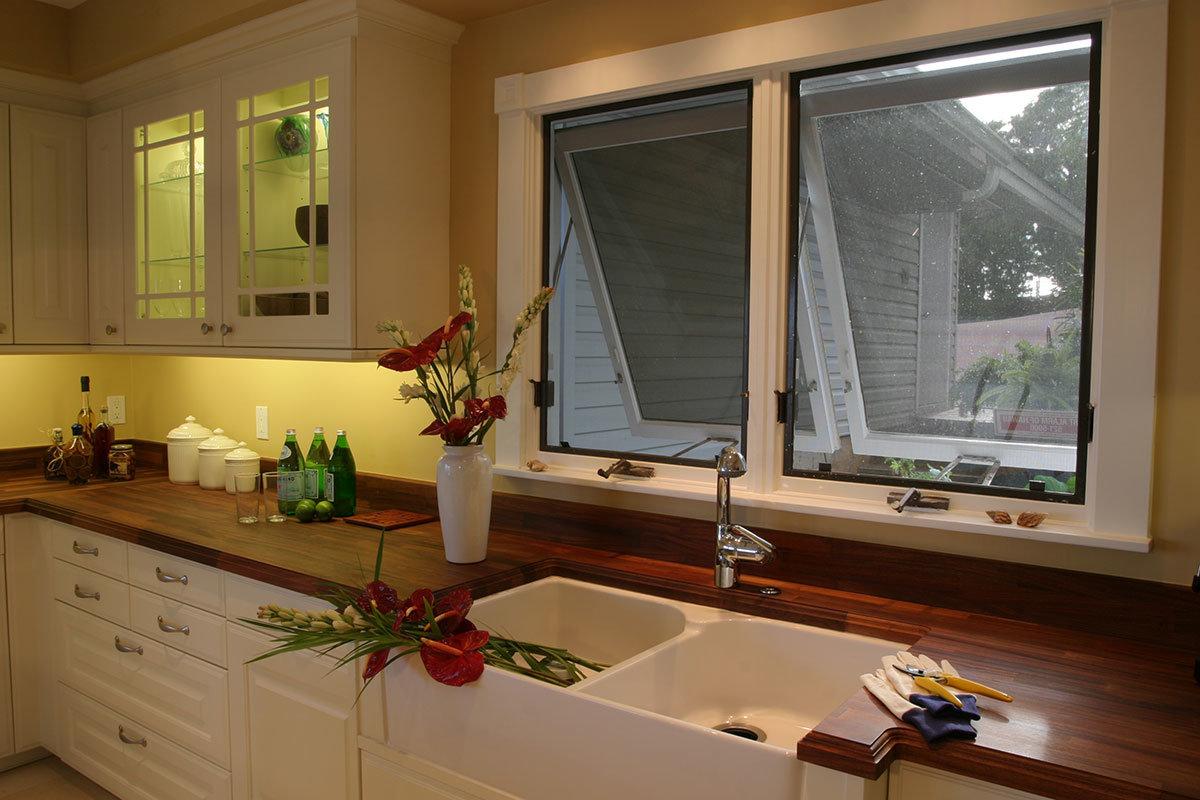 Открытое окно на кухне