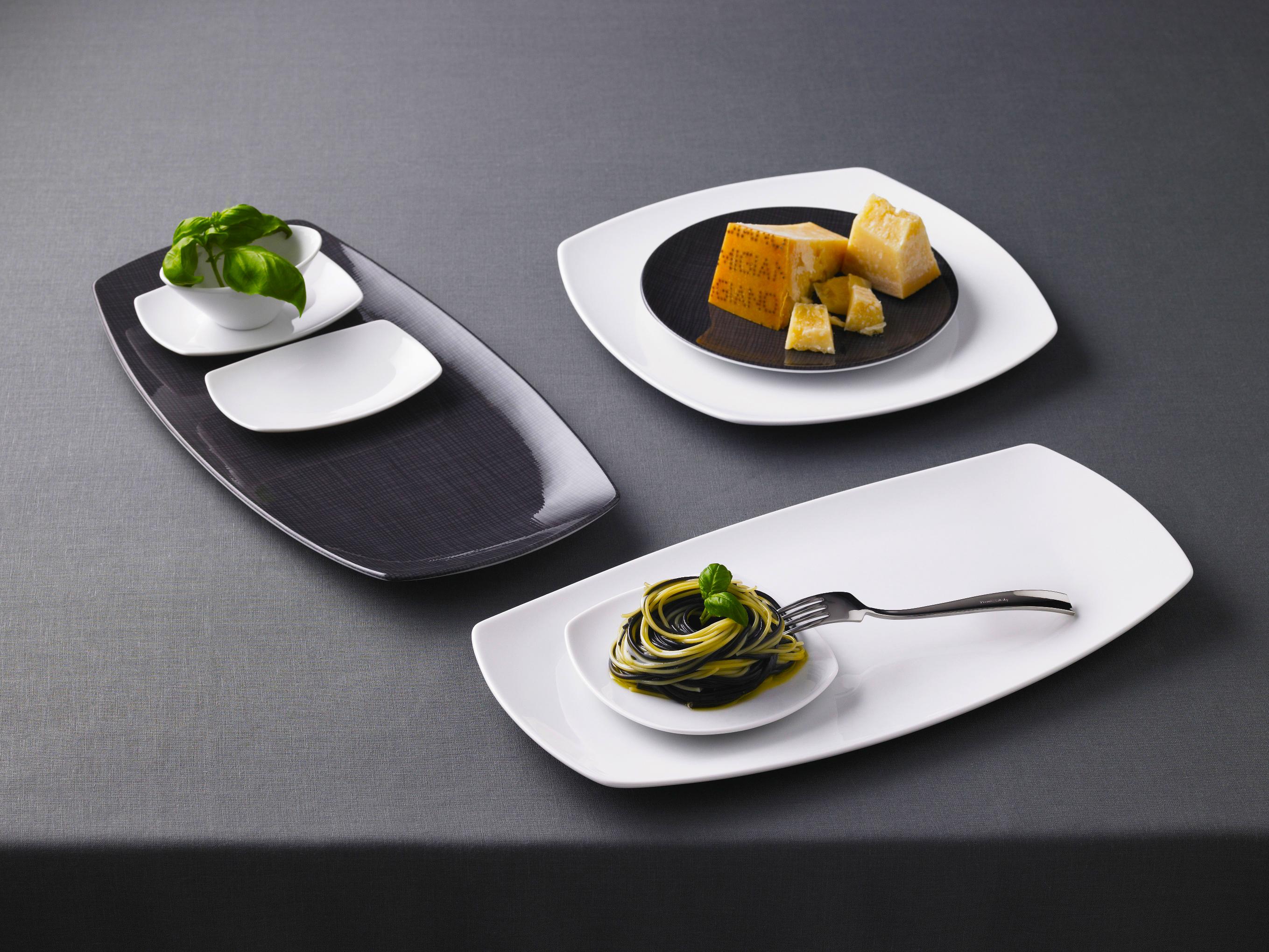 Тарелки на столе