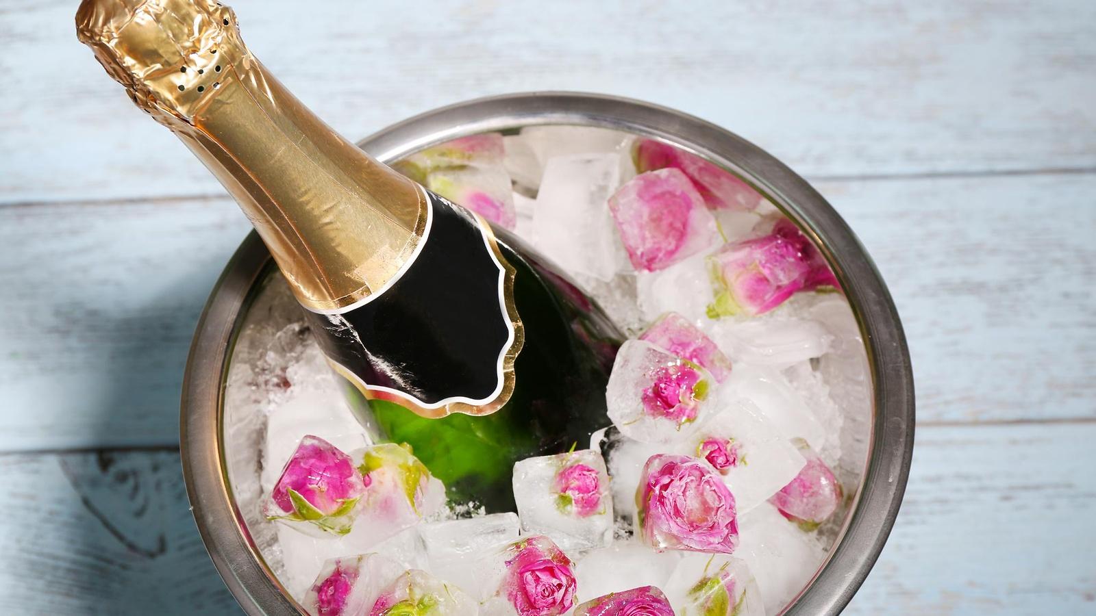Шампанское в ведре со льдом