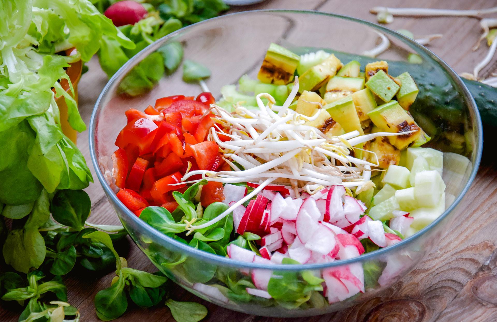 Салат в круглой салатнице