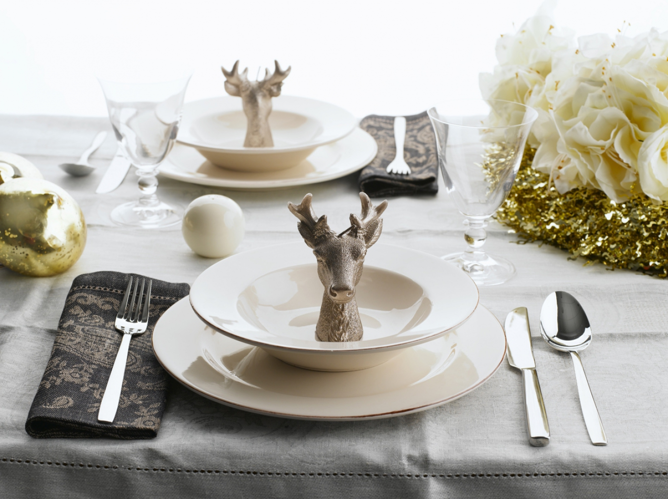 Сервировочная тарелка на столе