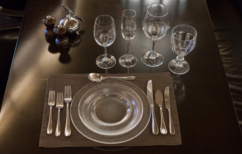 Стеклянная посуда на столе