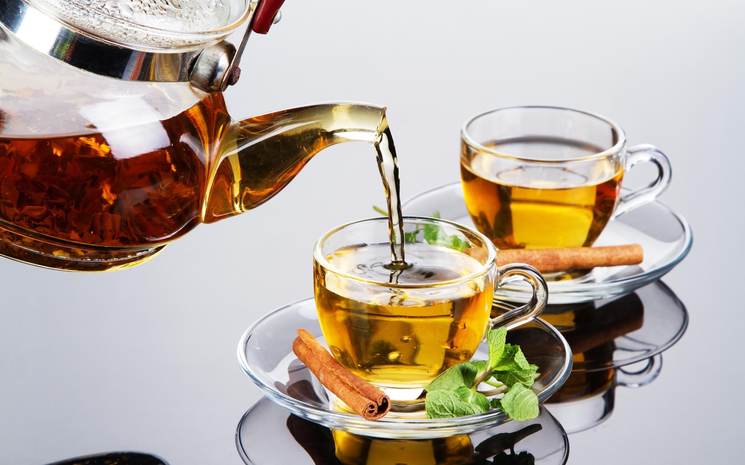 Стеклянные чашки с чаем