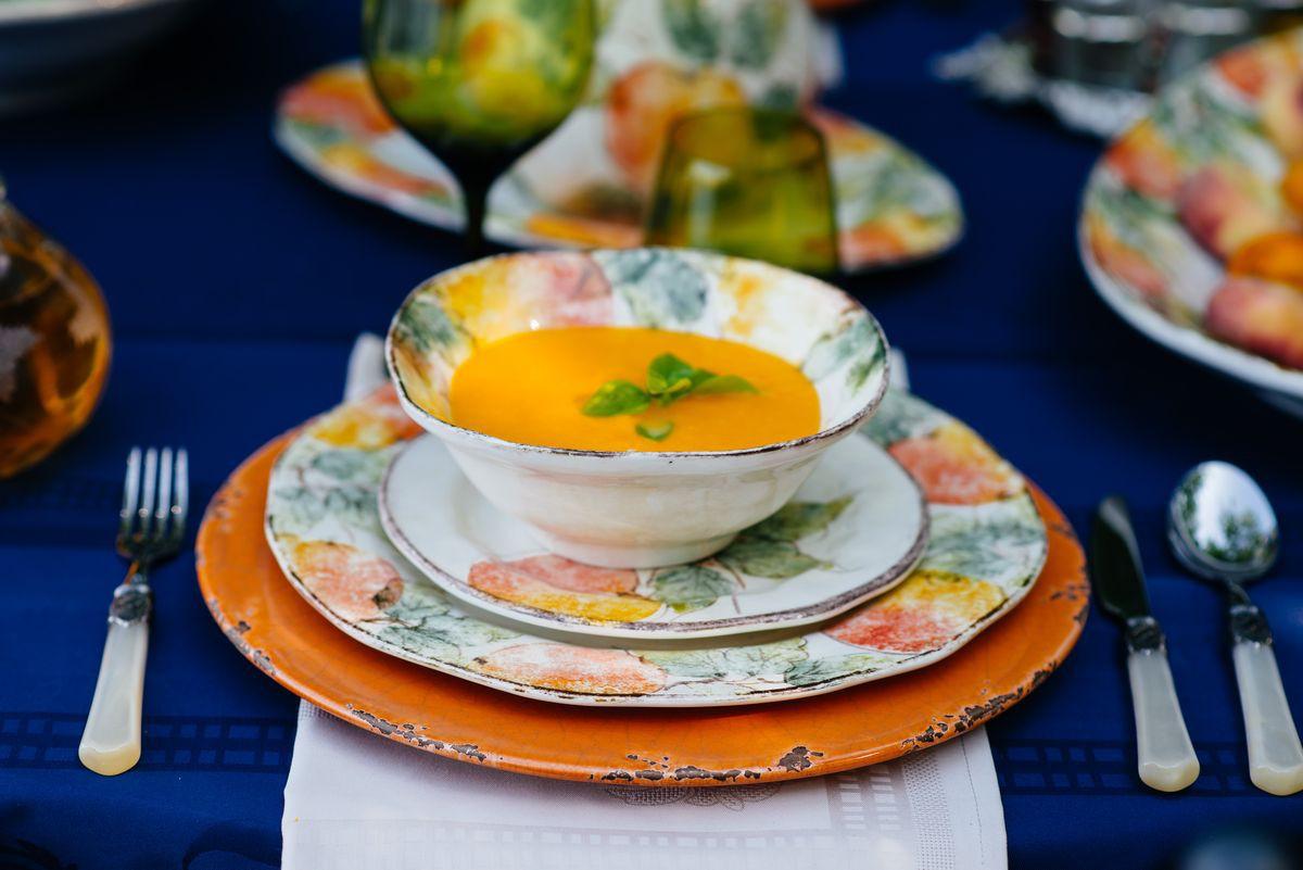 Суповая тарелка на столе