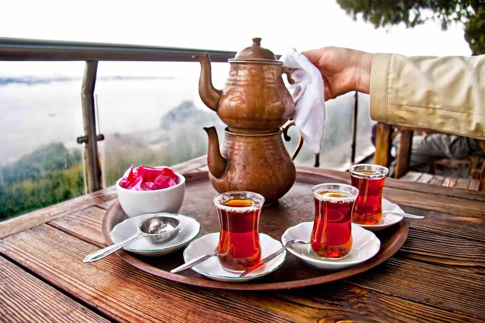 Турецкий чайник на столе