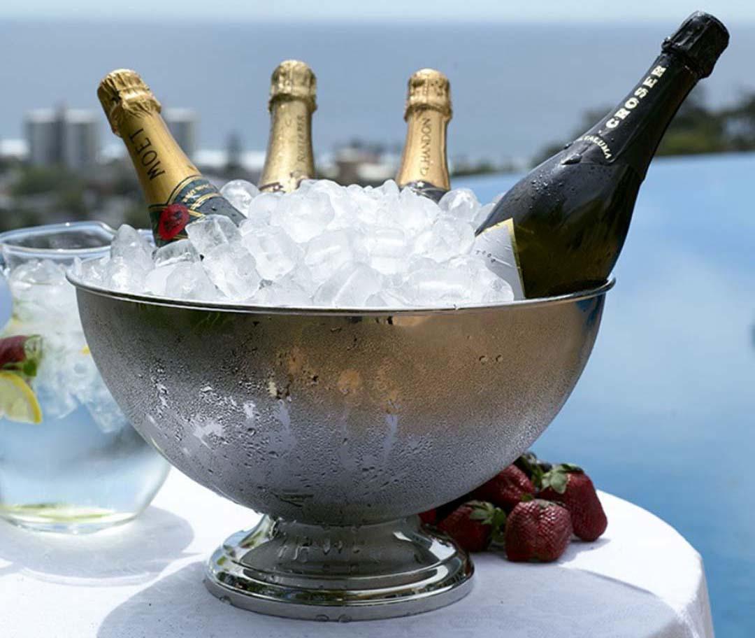 Ведерко с шампанским на столе