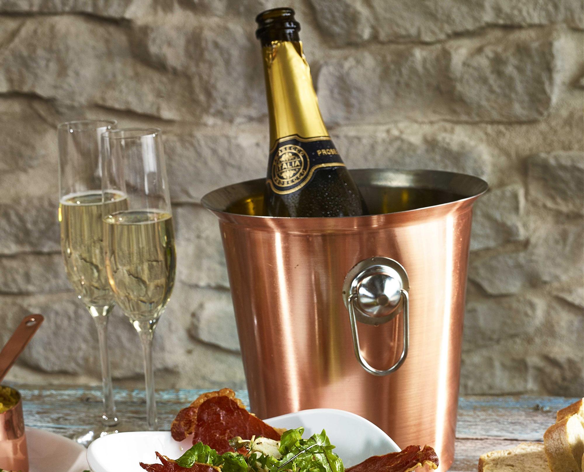 Ведро с шампанским на столе