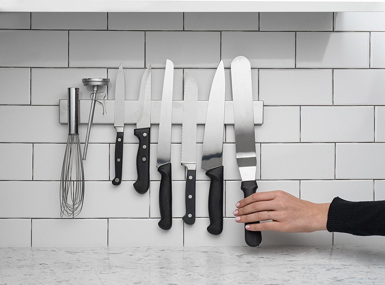 Магнит для ножей на стене