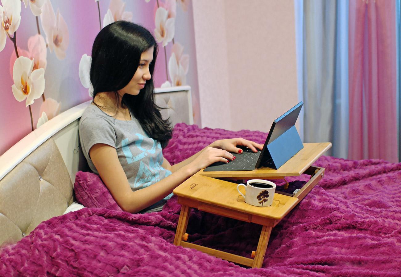 Ноутбук на подносе