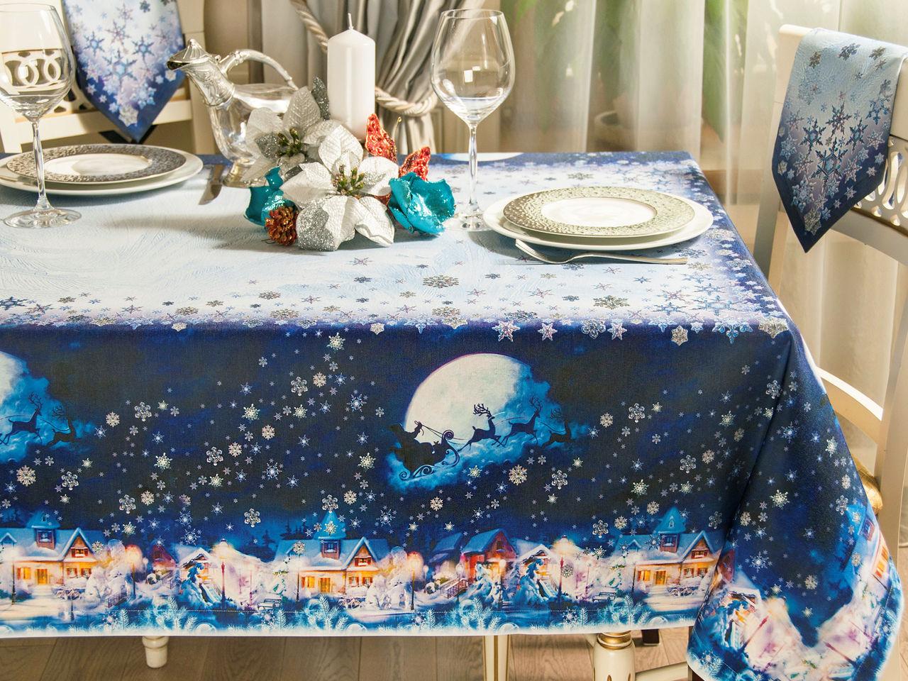 Новогодняя скатерть на столе