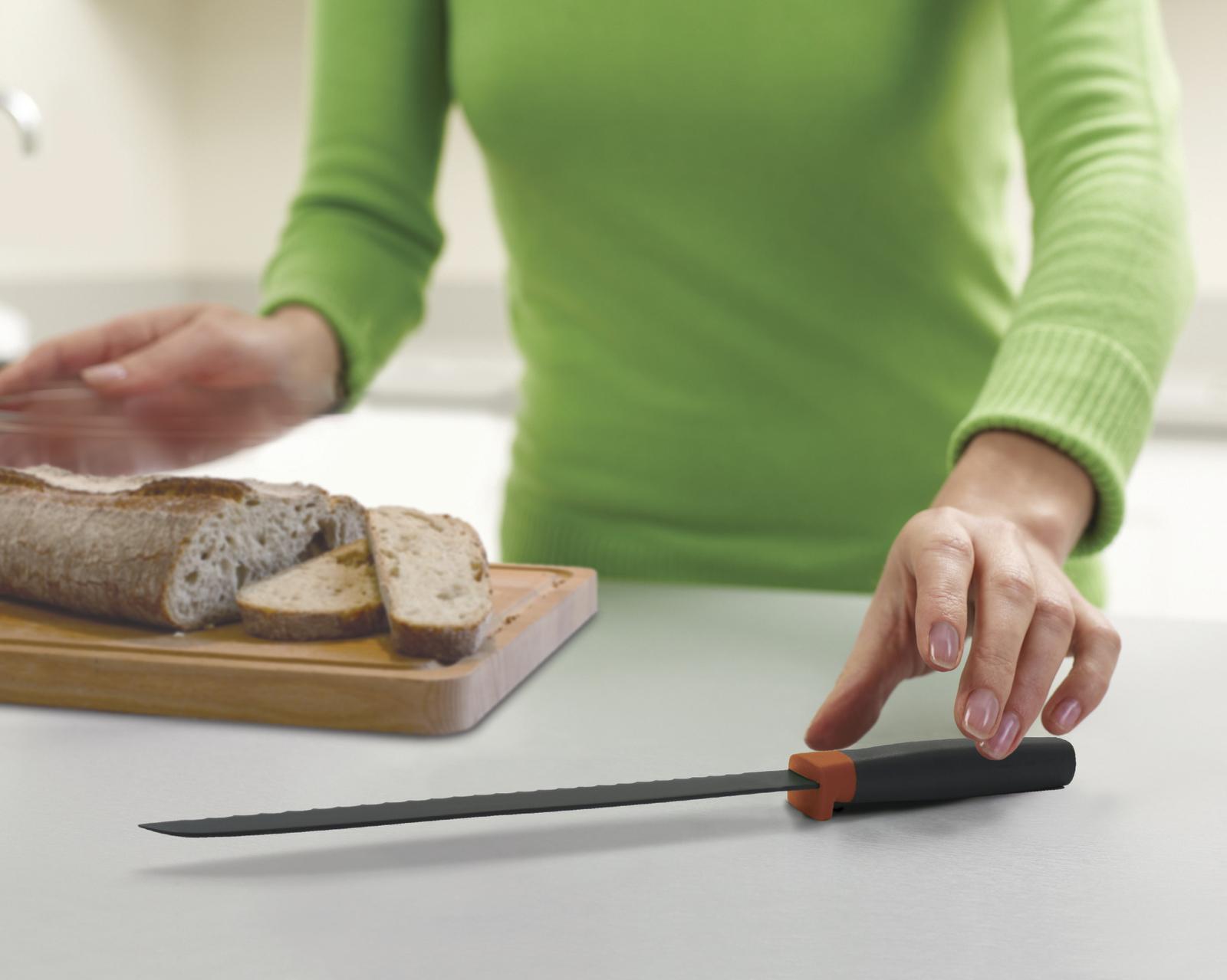 Нож для хлеба на столе