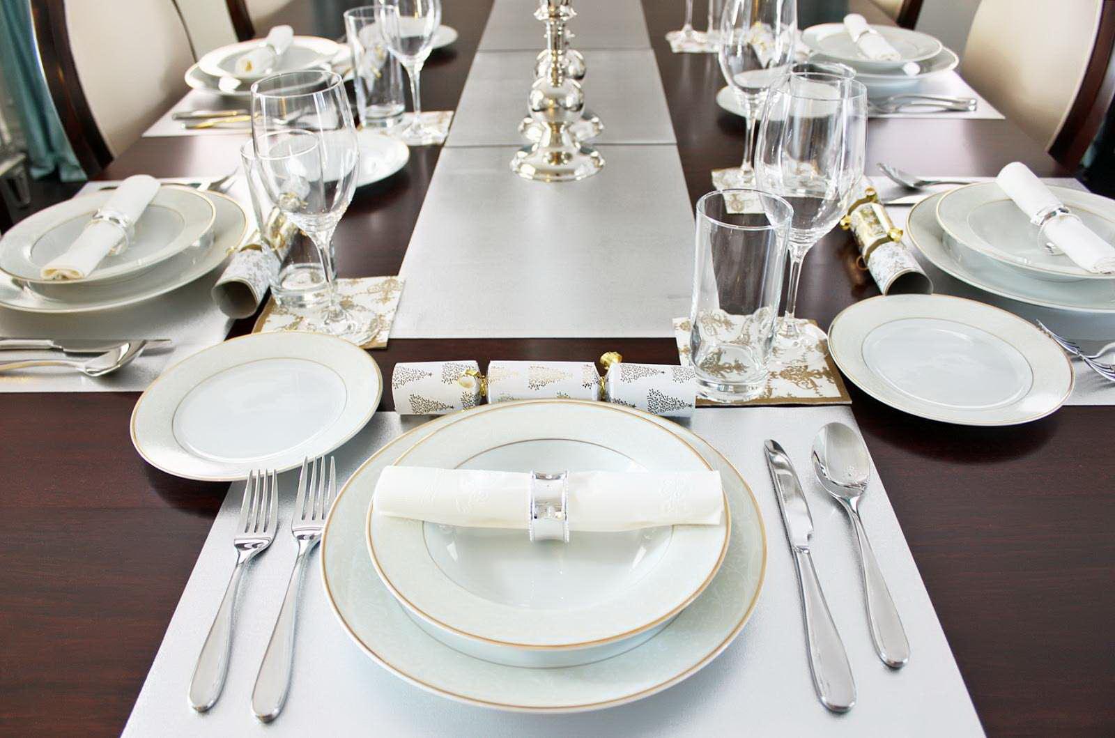 Белые салфетки под тарелки