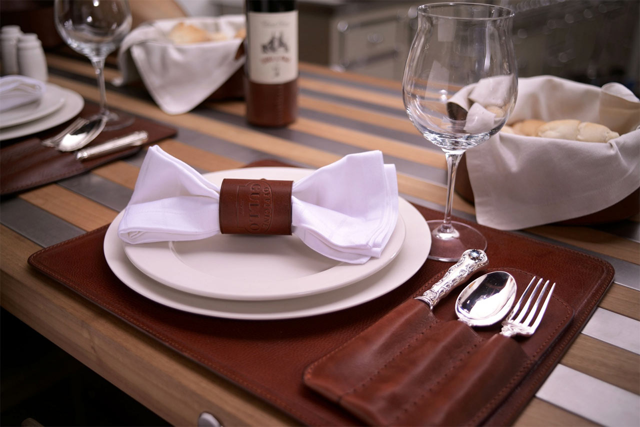 Фото кожаных салфеток на столе