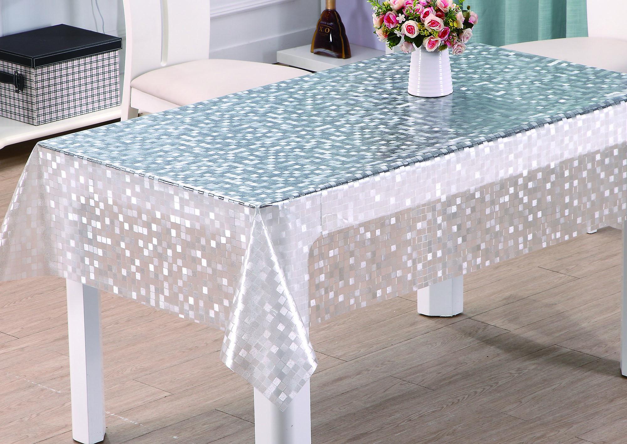 Прозрачная скатерть на столе
