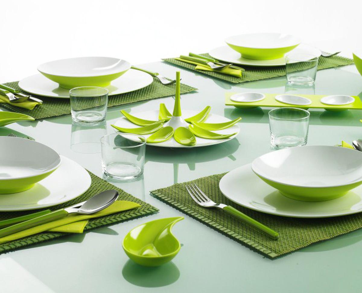 Сервировка стола зелеными салфетками