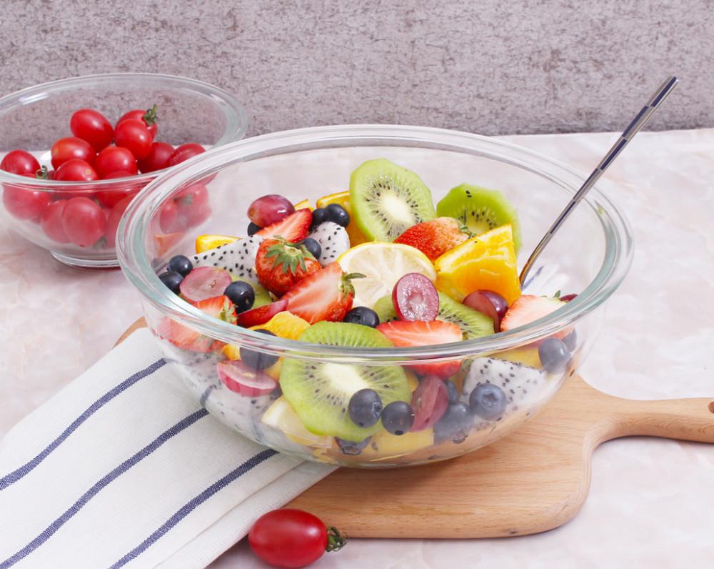 Стеклянный салатник с фруктами