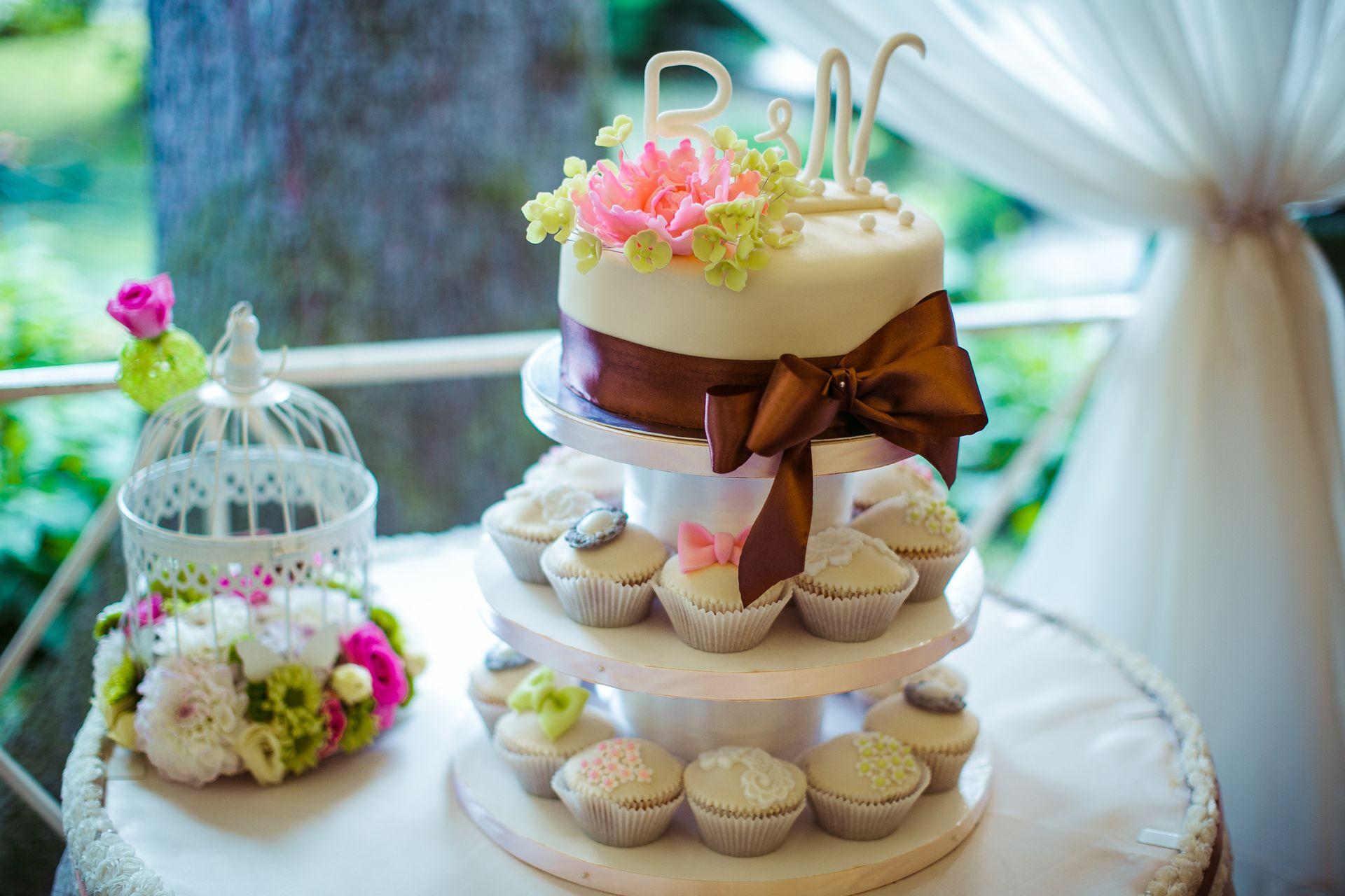 Торт на многоярусной подставке
