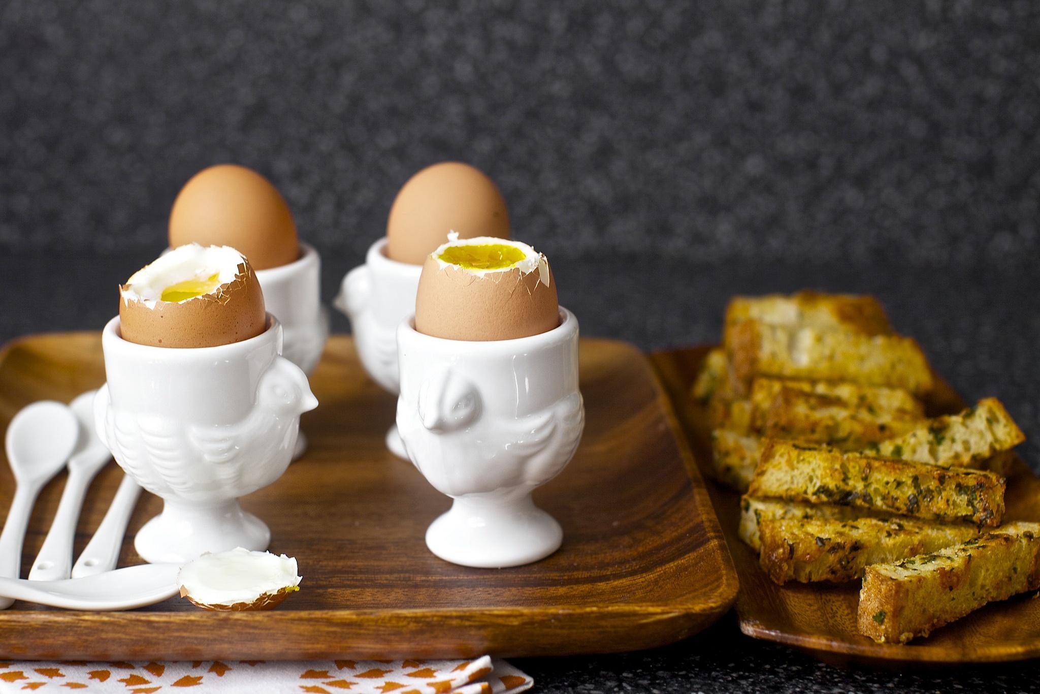Яйца всмятку на подставках