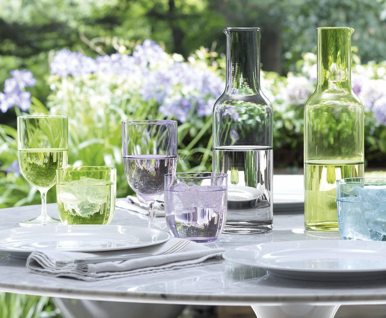 Бокалы с водой на столе