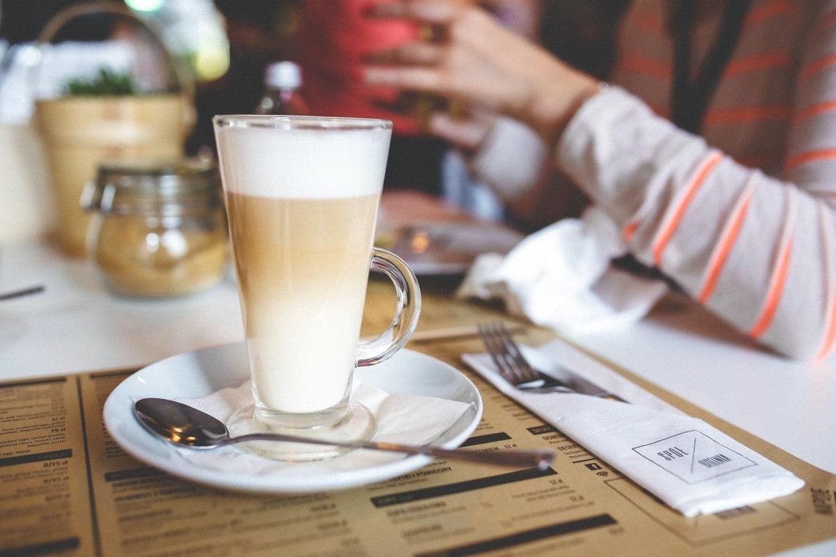 Латте в кафе