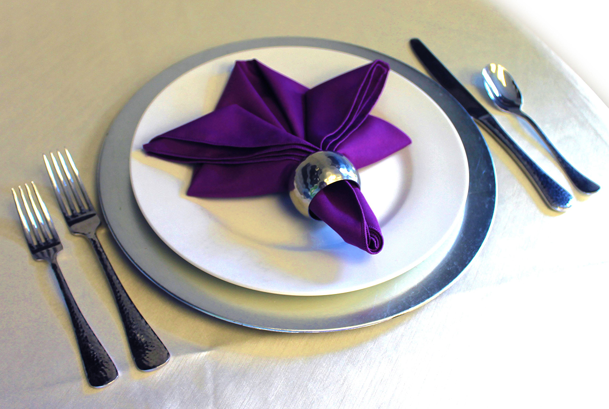 Салфетка с кольцом на столе