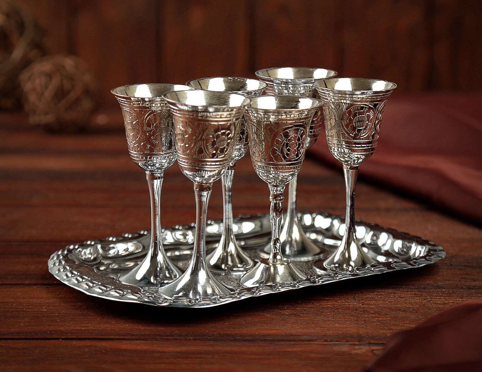 Серебряные рюмки на столе
