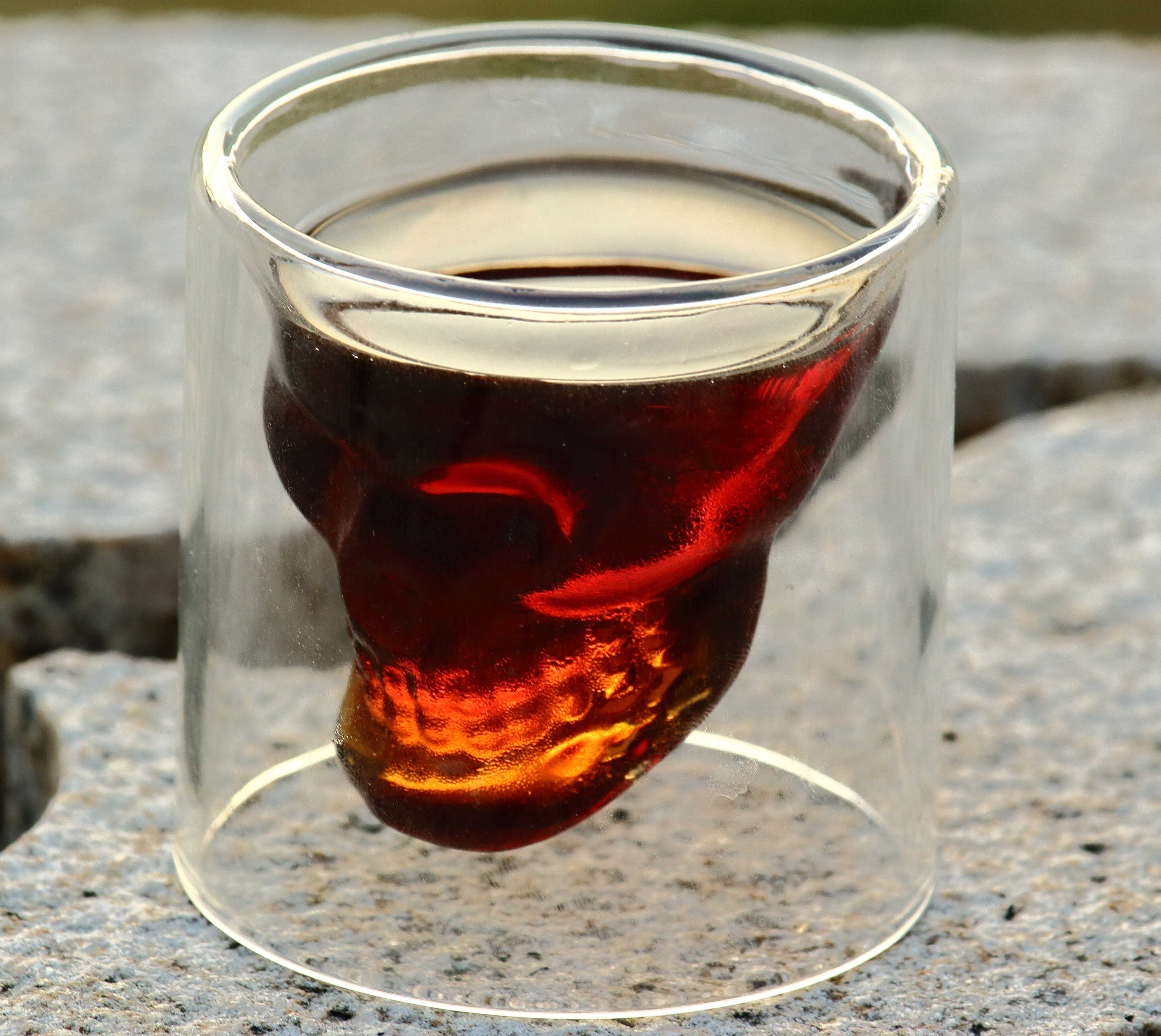 Стакан череп с напитком
