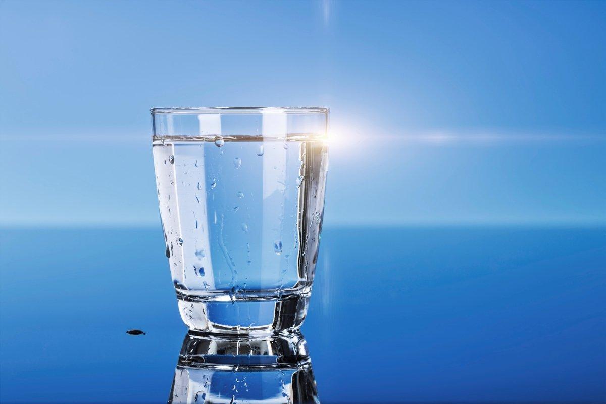 Стеклянный стакан с водой