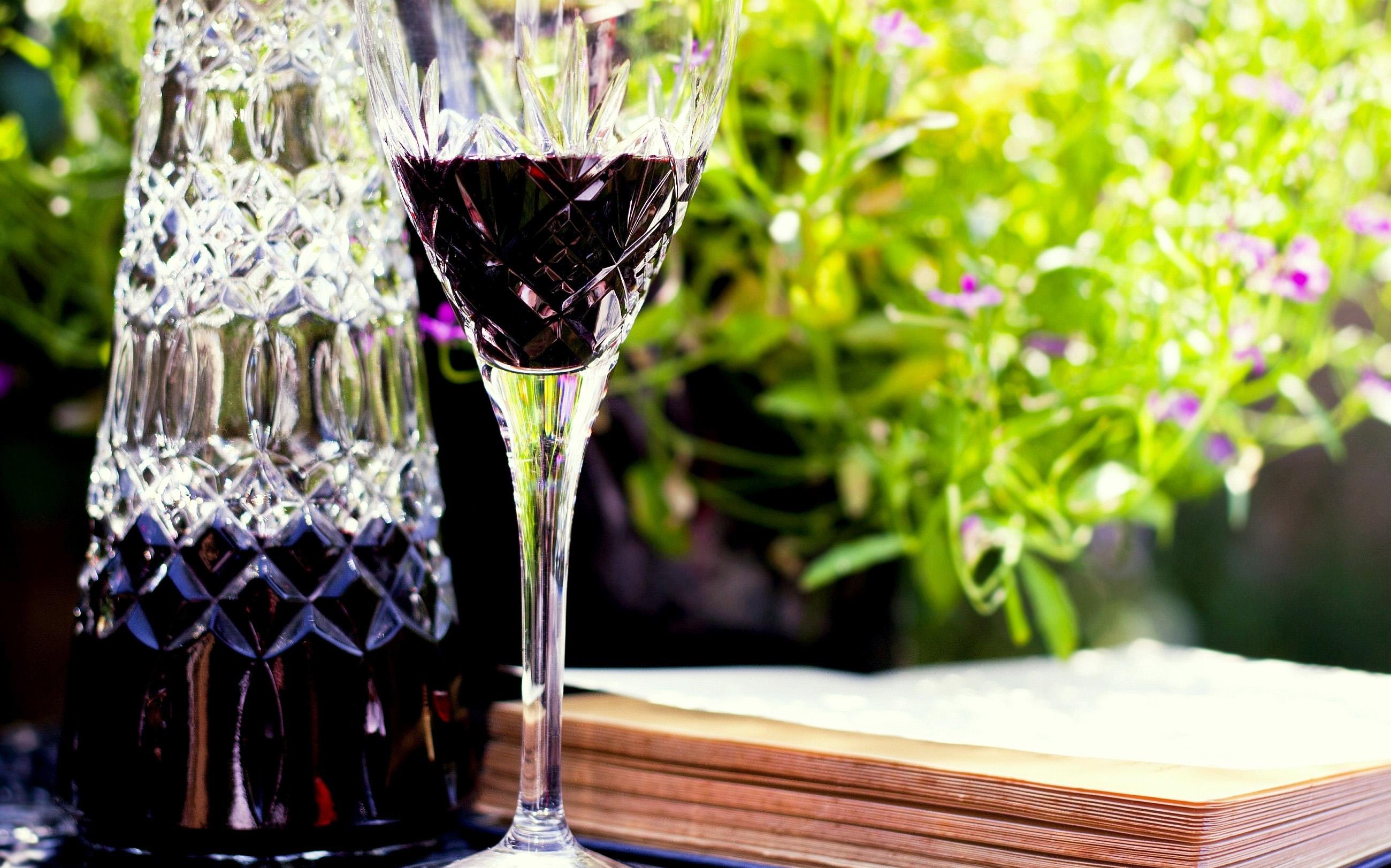 Хрустальный бокал с вином