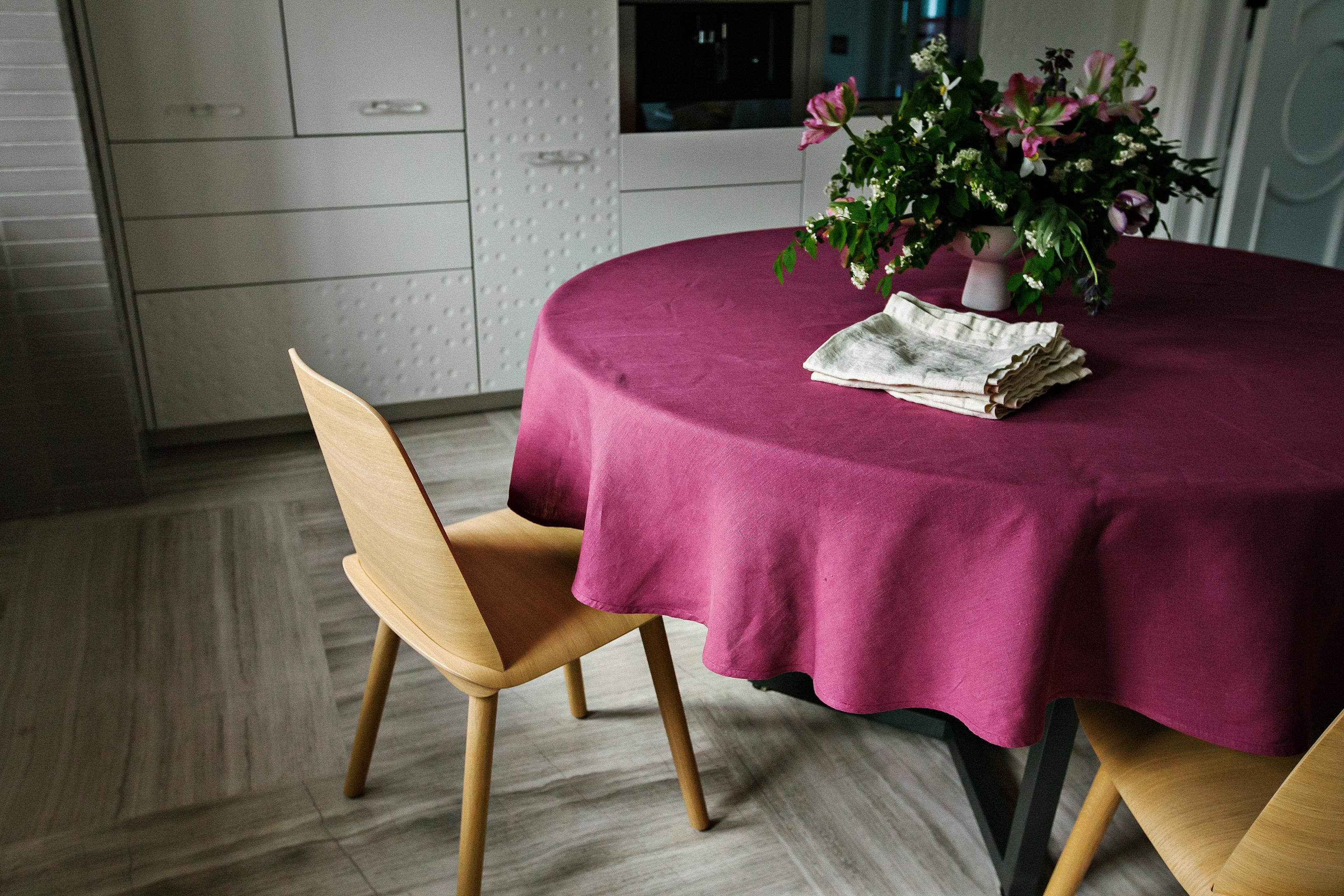 Круглая скатерть на столе
