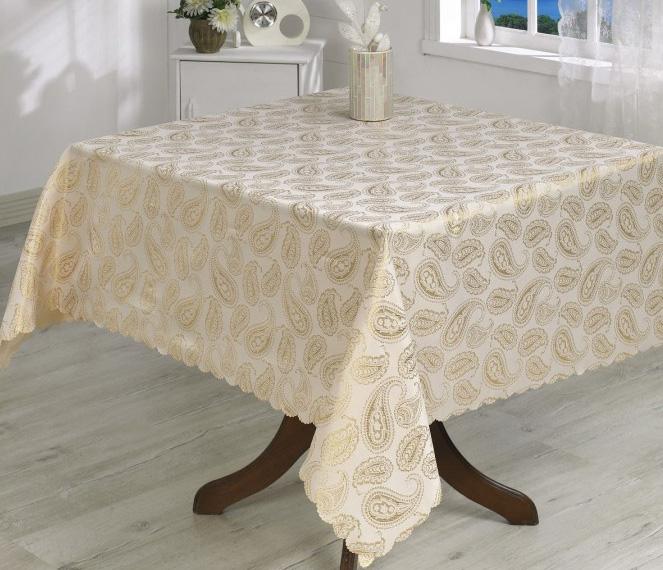 Квадратная скатерть на столе