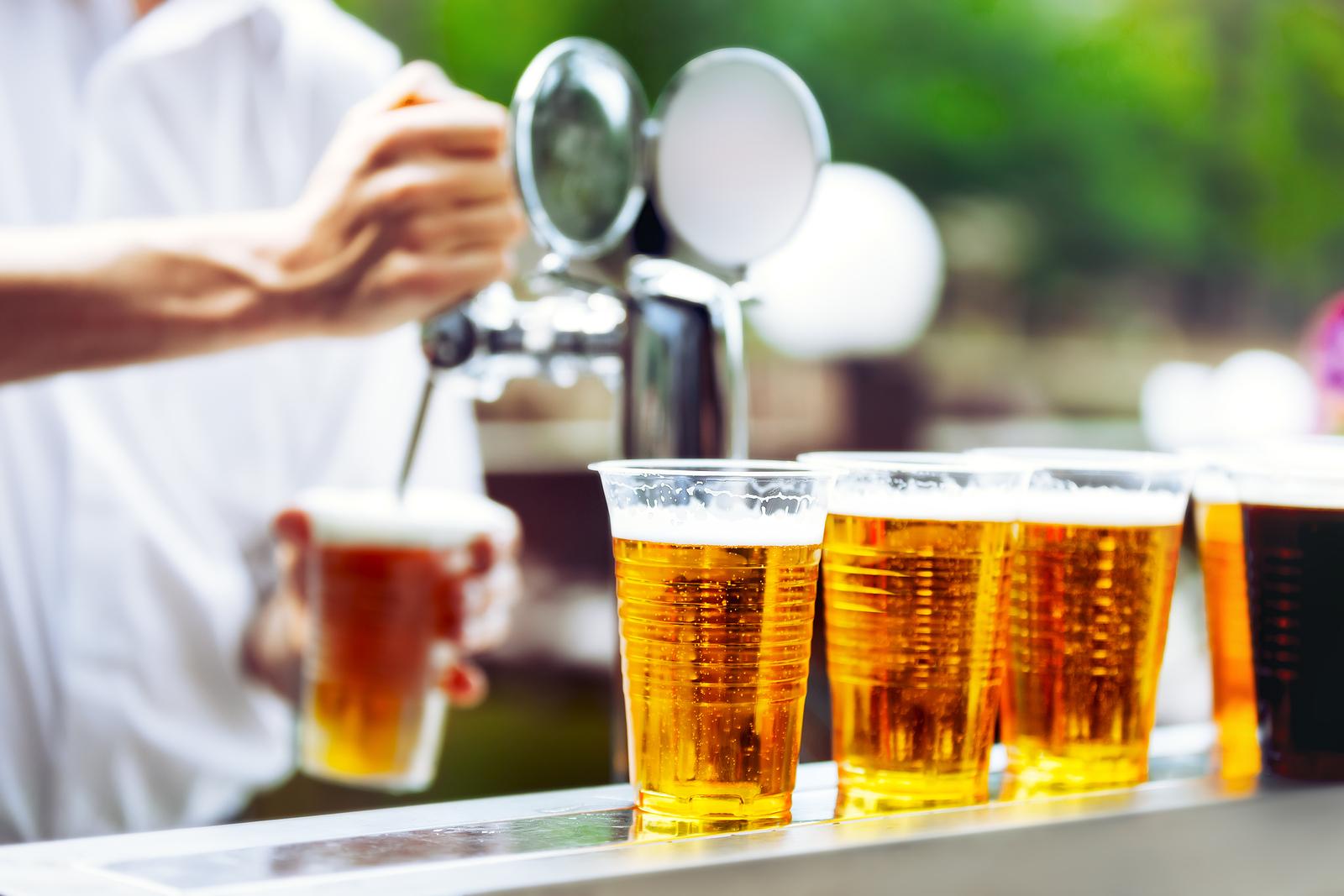 Пластиковые стаканы с пивом
