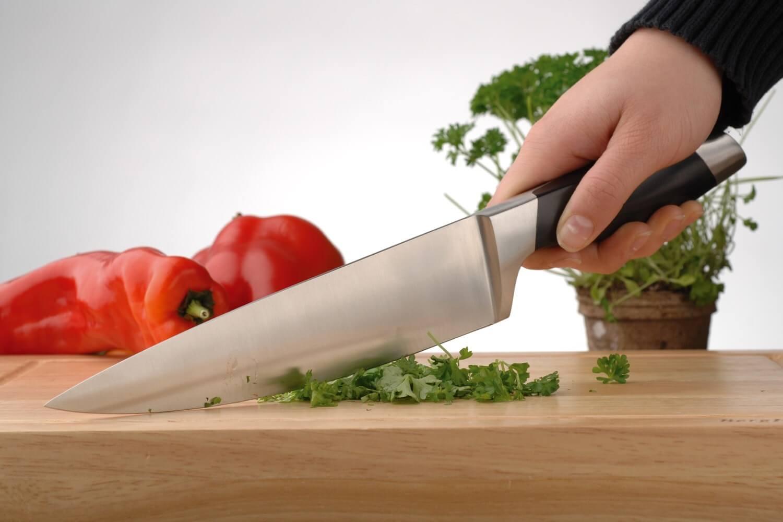 Шеф нож в руке