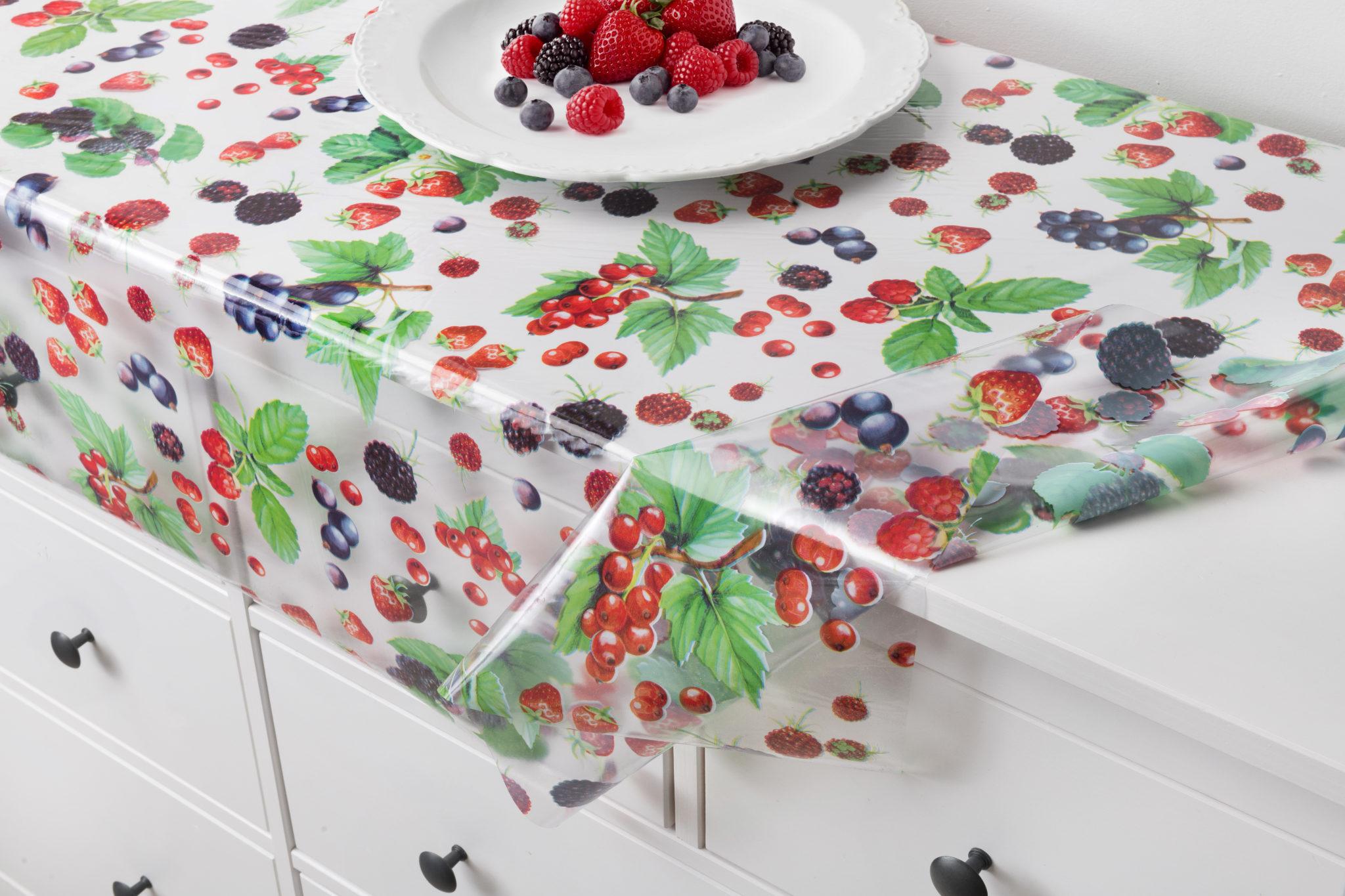 Скатерть с ягодами на столе
