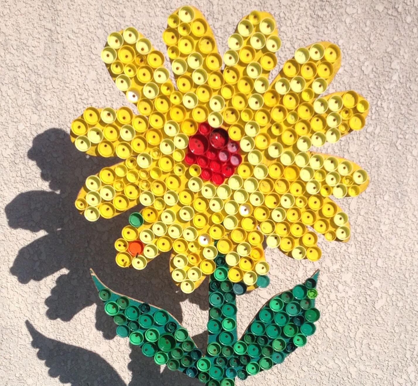 Цветок из крышек